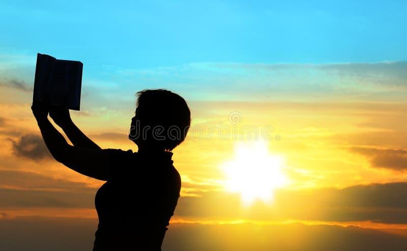 Femmina che prega con la bibbia fotografia stock