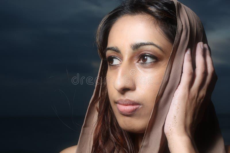 Femmina che tocca la sua testa immagine stock libera da diritti