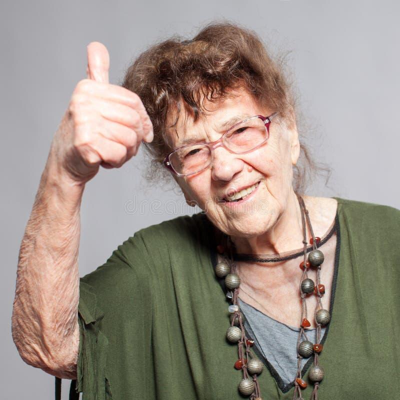 Femmina della nonna allo studio fotografia stock libera da diritti