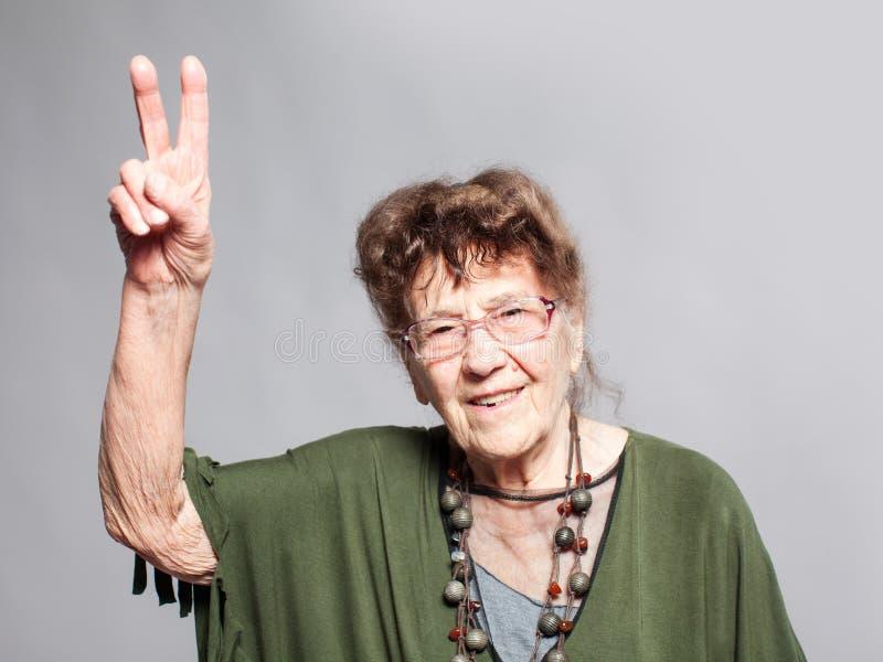 Femmina della nonna allo studio immagine stock