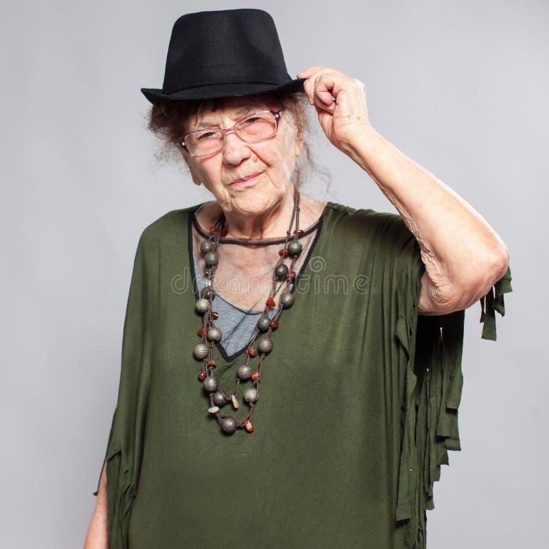 Femmina della nonna allo studio fotografie stock libere da diritti