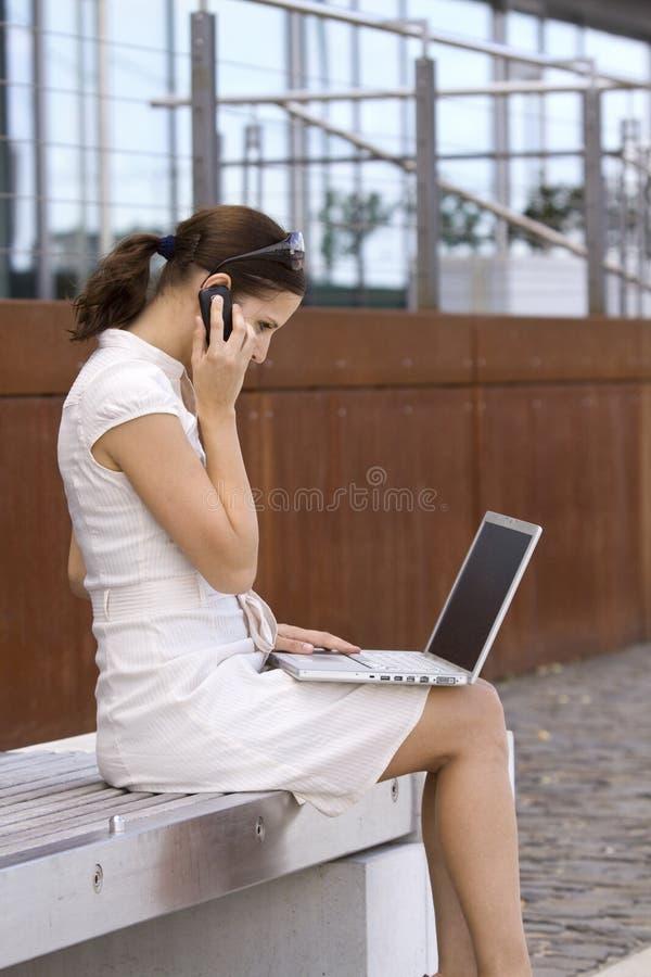 Femmina di affari fuori di funzionamento dell'ufficio fotografie stock libere da diritti