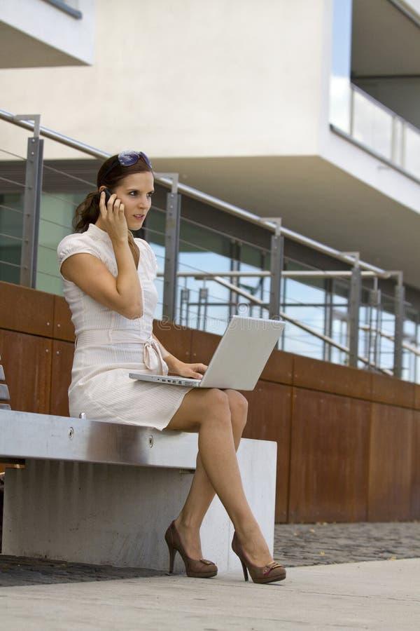 Femmina di affari fuori di funzionamento dell'ufficio immagine stock