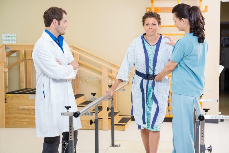 Femmina di With Doctor Assisting del terapista fisico immagini stock