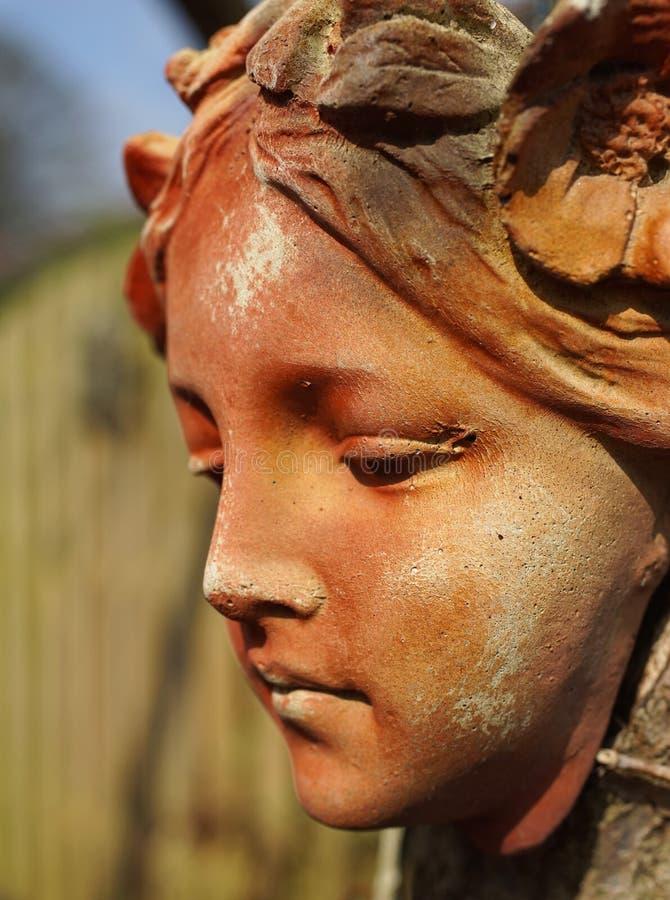 Femmina di pietra dell'ornamento del fronte del giardino fotografie stock
