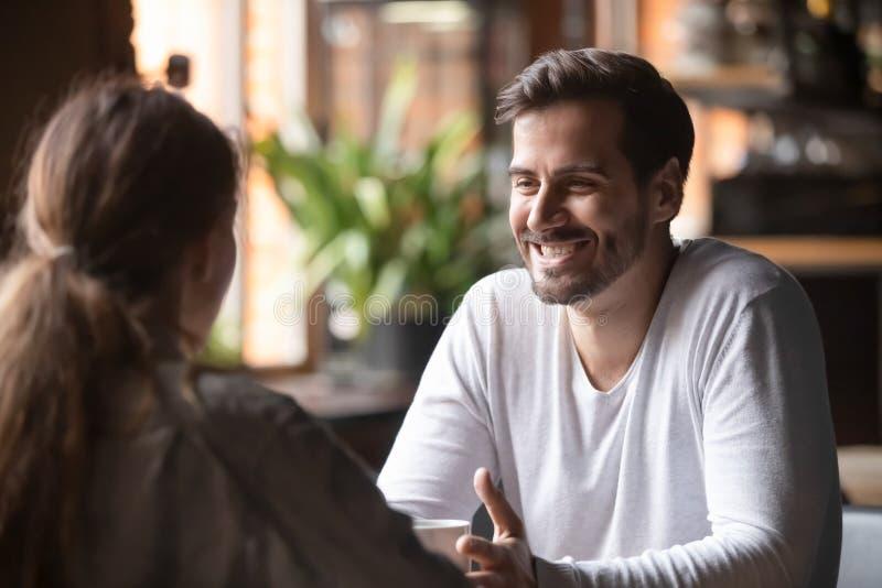 Femmina di retrovisione che si siede alla velocità che data con l'uomo sorridente fotografie stock libere da diritti