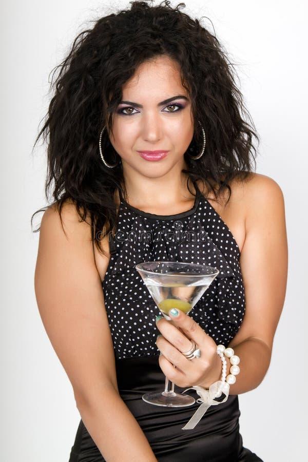 Femmina di tempo del partito che tiene un cocktail del martini immagine stock