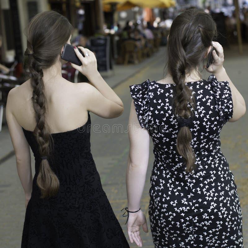 Femmina due con le code di cavallo che parla sul telefono fotografia stock
