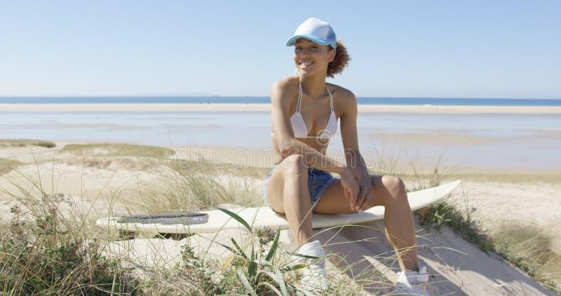 Femmina felice su un surf fotografie stock libere da diritti