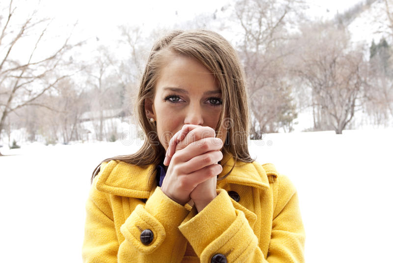 Femmina fredda e di congelamento fotografia stock libera da diritti