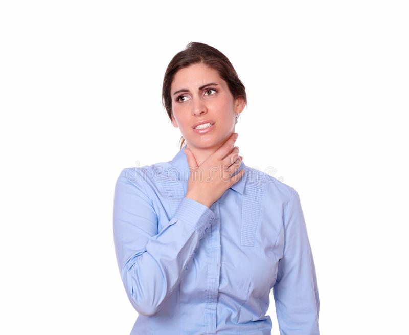 Femmina ispanica adulta con il malato della gola fotografia stock libera da diritti