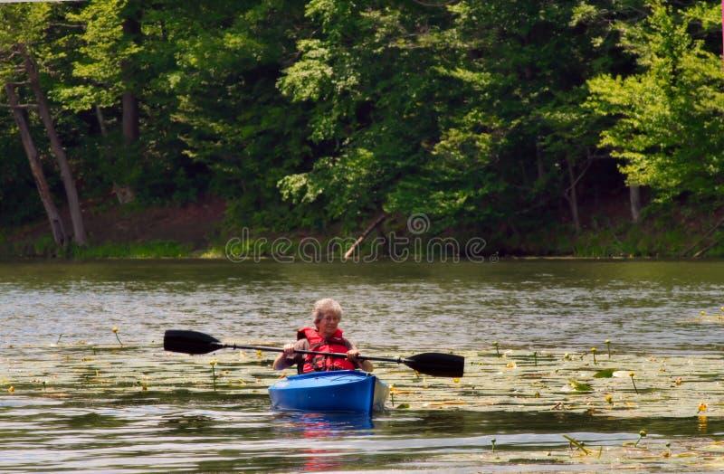 Femmina maggiore che kayaking fotografie stock