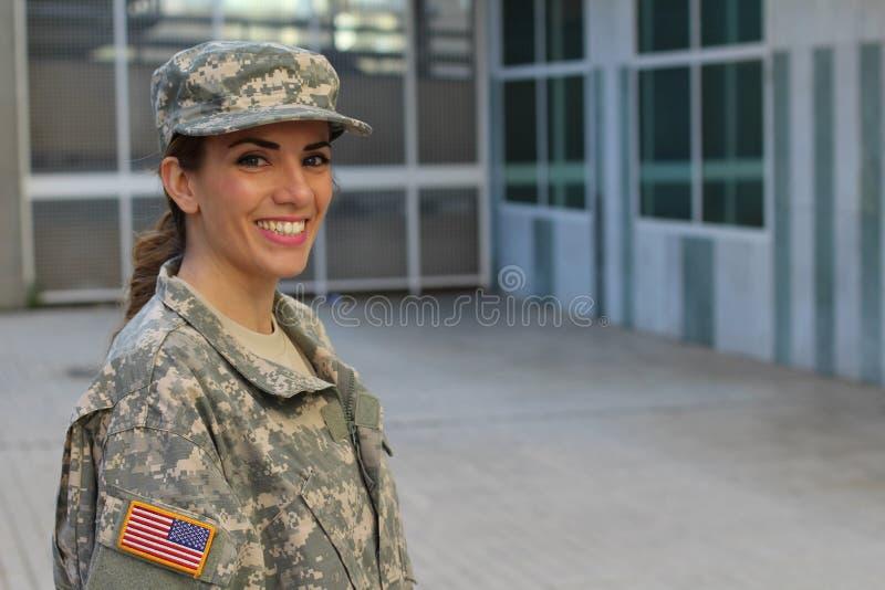 Femmina militare che sorride - immagine di riserva con lo spazio della copia immagine stock