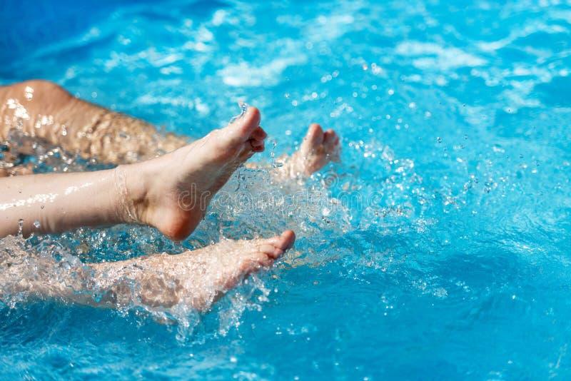 Femmina nell'acqua nello stagno, primo piano della gamba immagine stock