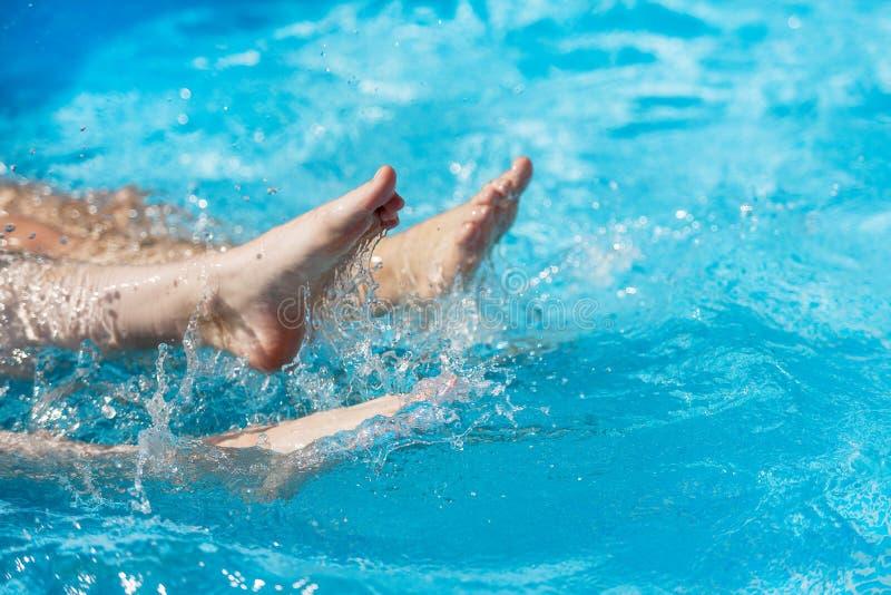 Femmina nell'acqua nello stagno, primo piano della gamba fotografia stock