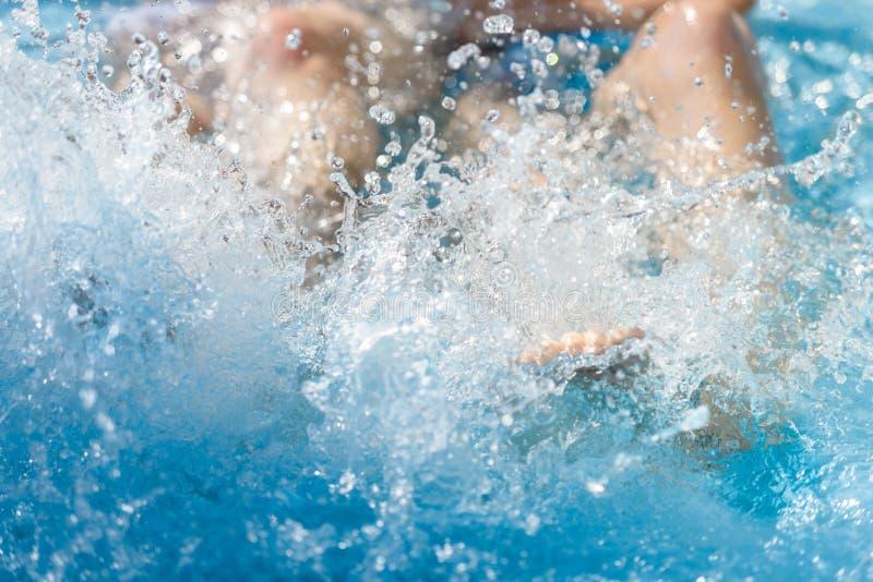 Femmina nell'acqua nello stagno, primo piano della gamba immagini stock