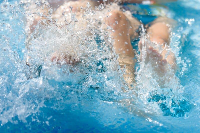 Femmina nell'acqua nello stagno, primo piano della gamba immagine stock libera da diritti