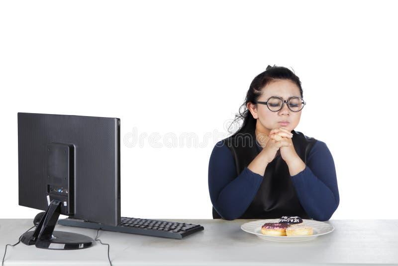 Femmina obesa con le guarnizioni di gomma piuma sullo studio fotografie stock libere da diritti