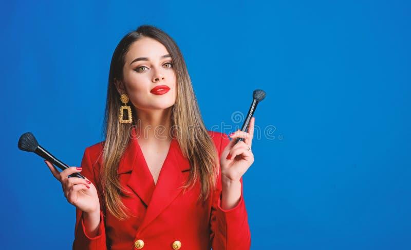Femmina perfetta Ritratto di modo della donna Bellezza e modo bellezza dei capelli e salone del parrucchiere Orecchini dei gioiel immagini stock