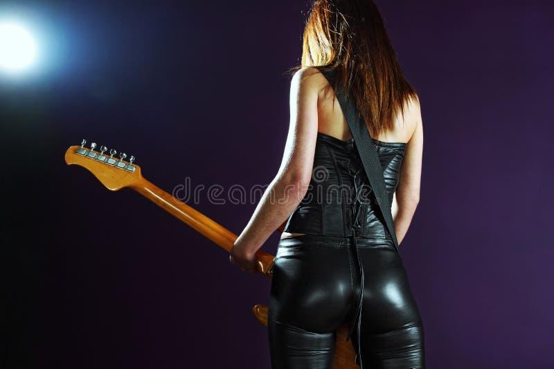 Femmina sexy che gioca una chitarra elettrica fotografia stock libera da diritti