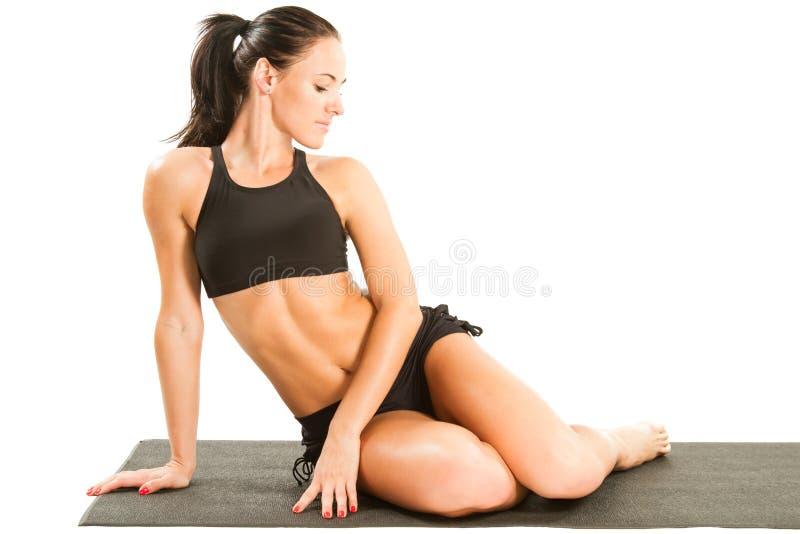 Femmina sexy di yoga che fa exericise yogatic fotografie stock libere da diritti