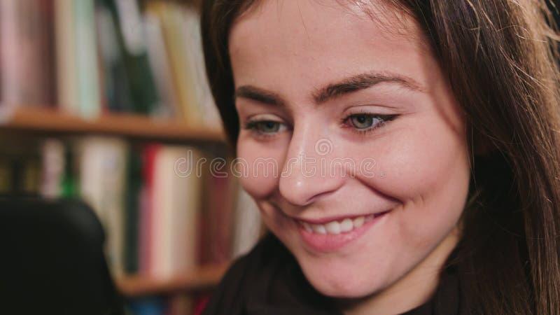 Femmina sorridente che per mezzo del telefono fotografie stock libere da diritti