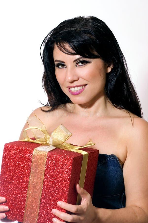 Femmina sorridente con il contenitore di regalo legato con il nastro dell'oro immagini stock libere da diritti
