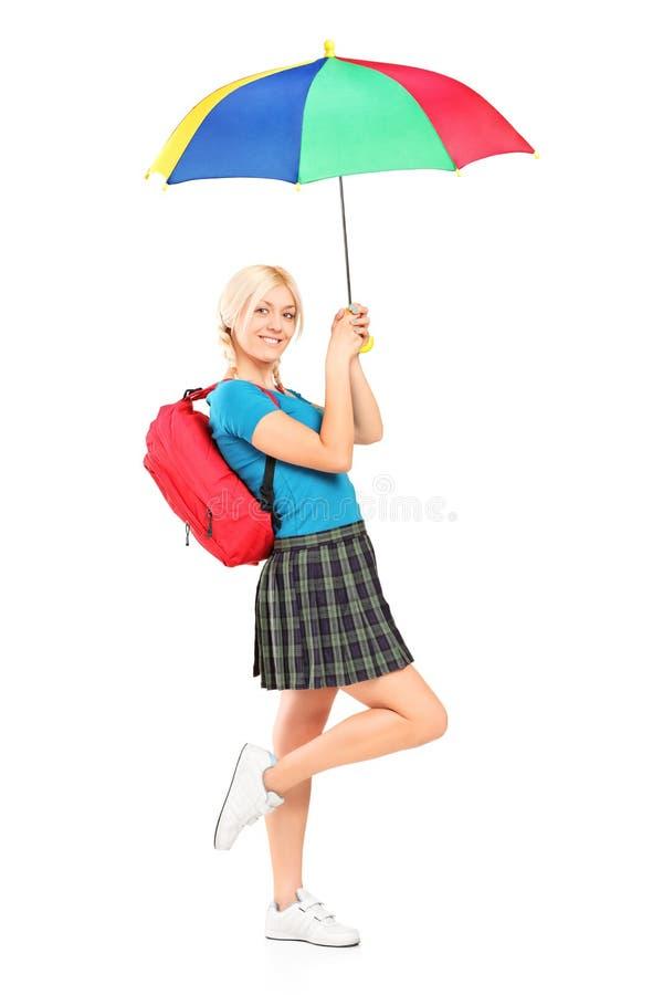 Femmina sorridente con l'ombrello della holding del sacchetto di banco immagini stock libere da diritti