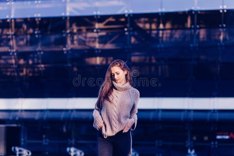 Femmina splendida in vestito nello sguardo casuale immagini stock