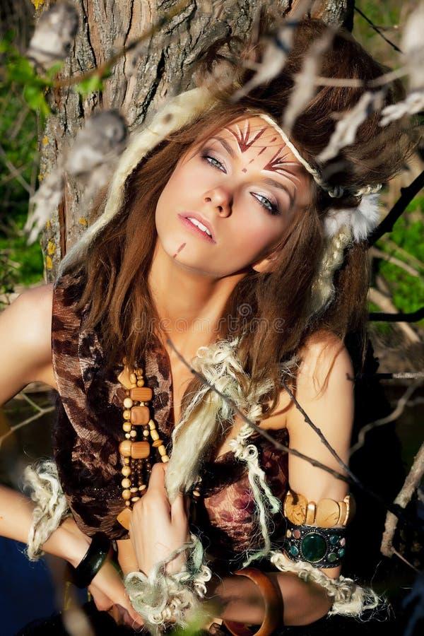 Femmina tribale sexy con il tottoo sul suo fronte immagini stock libere da diritti