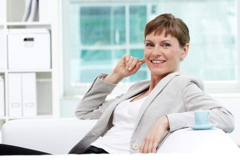Femmina in ufficio fotografie stock