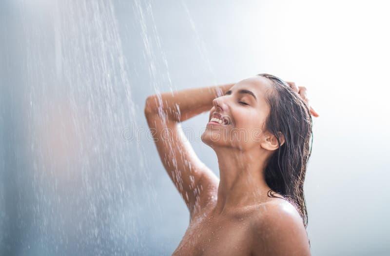 Femmina uscente che prende doccia dell'interno fotografia stock libera da diritti