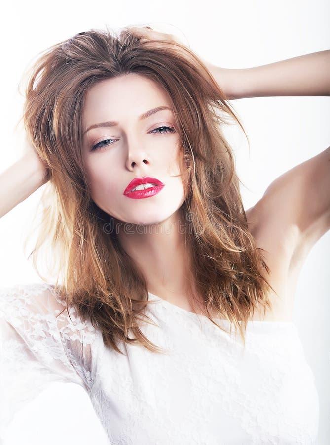 Femmina vaga abbastanza impressionabile che tira i suoi capelli immagini stock