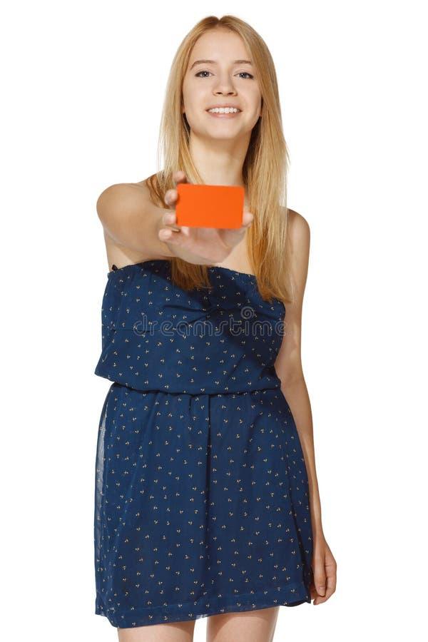 Femmina vi che dà una carta di credito in banca fotografia stock
