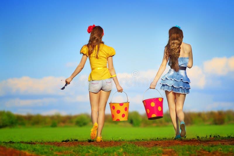 Femmine che camminano con le benne immagini stock