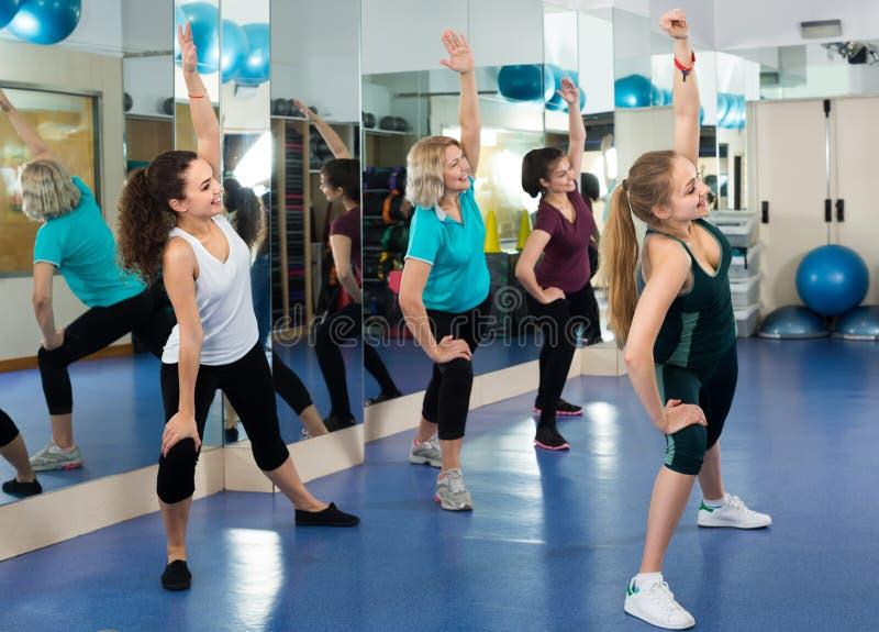 Femmine che hanno treno aerobico del gruppo immagini stock