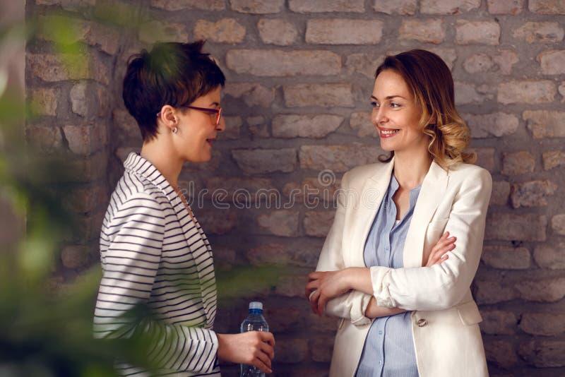 Femmine che parlano nell'ufficio fotografie stock