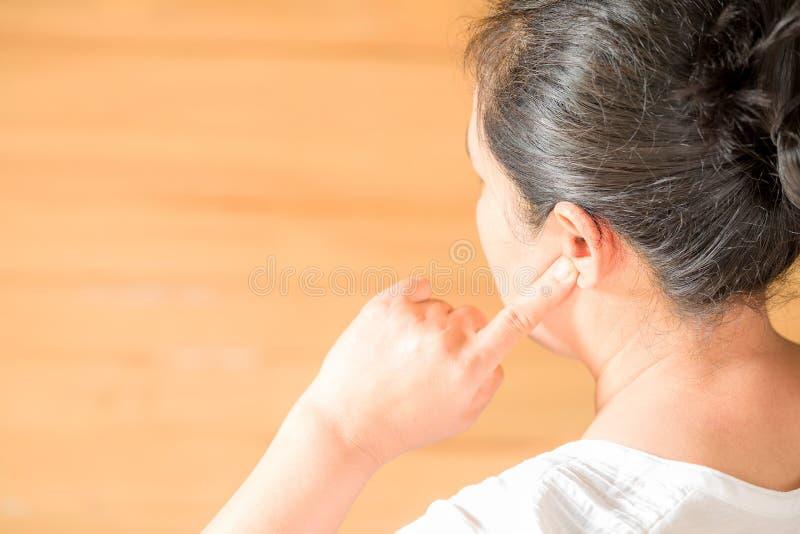 Femminile avendo dolore di orecchio che tocca la sua testa dolorosa immagini stock