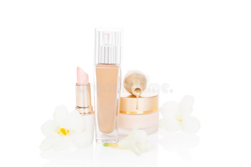 Femminili beige compongono e prodotti cosmetici. fotografia stock