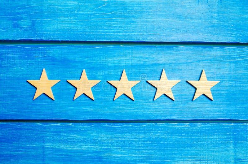 Femte stjärna Kvalitets- status är fem stjärnor En ny stjärna, prestation, universell erkännande Kritikern bestämmer värderingen  royaltyfria bilder