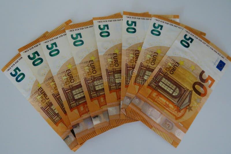 Femtio eurosedlar på en vit bakgrundsnärbild arkivbilder