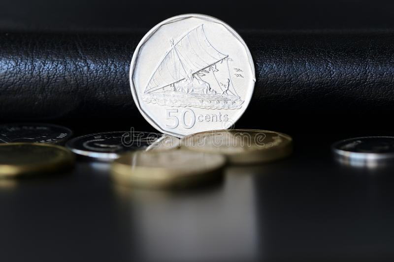 Femtio fijian cent p? en m?rk bakgrund royaltyfria foton