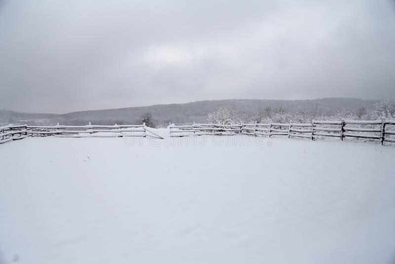 Femtio skuggor av vit på bergöverkanten royaltyfria foton