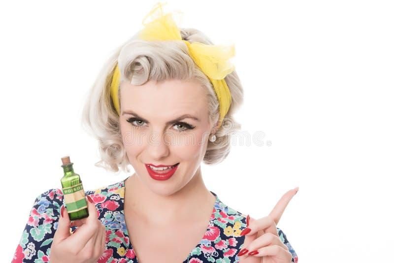 Femtiotalhemmafru med giftflaskan, humoristiskt begrepp som isoleras royaltyfri foto
