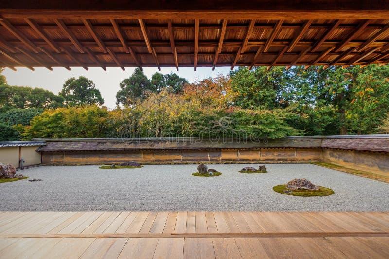 femton arbeta i trädgården zenen för tempelet för stenar för ryoanjien för den grusjapan kyoto rocken den vita där arkivbilder