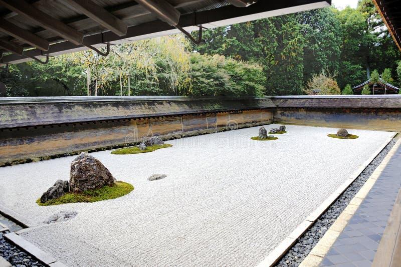 femton arbeta i trädgården zenen för tempelet för stenar för ryoanjien för den grusjapan kyoto rocken den vita där fotografering för bildbyråer