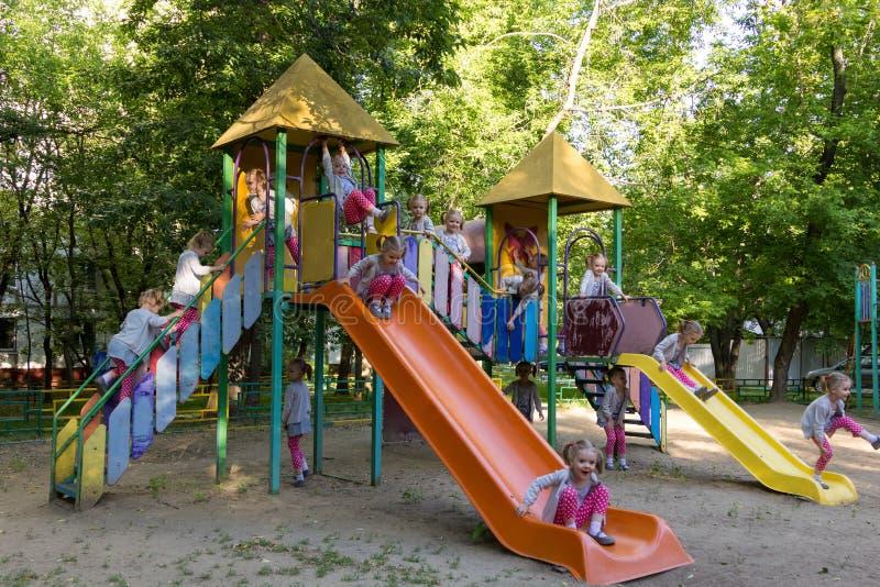 Femton klon av gullig flicka på barnlekplatsen royaltyfria foton