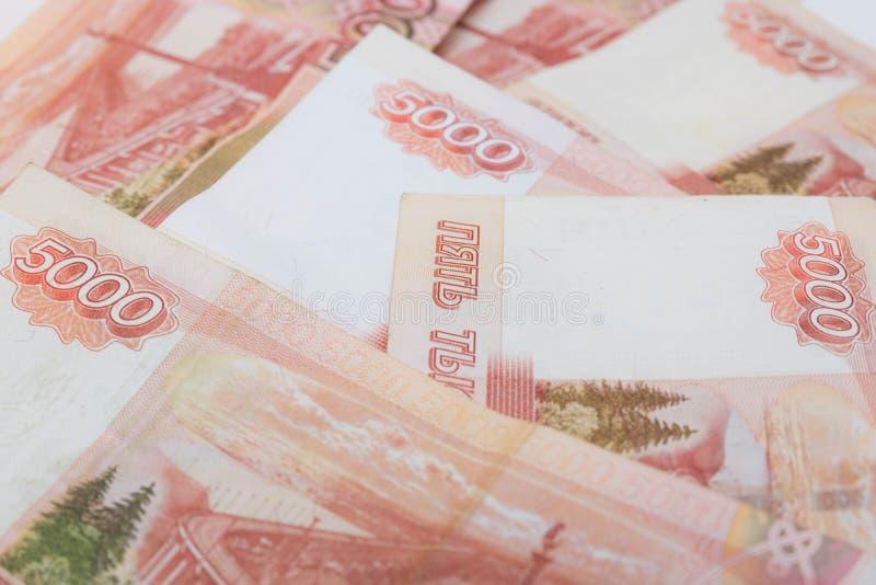 Femtusen rubel räkning rubles ryss en grupp av 5000 ryska sedlar stänger sig upp royaltyfria foton