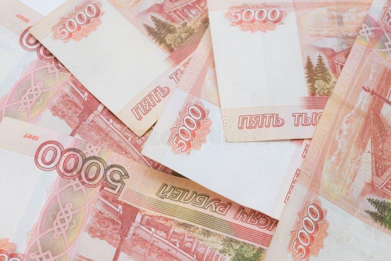 Femtusen rubel räkning rubles ryss en grupp av 5000 ryska sedlar stänger sig upp arkivbilder