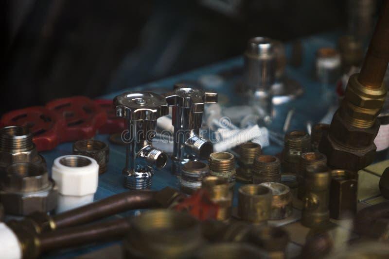 Fenêtre à écran de plomberie avec tubes, joints, valves en métaux et plastiques images stock